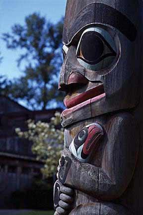 手工雕刻的雪松木图腾柱全部出自本地工匠之手